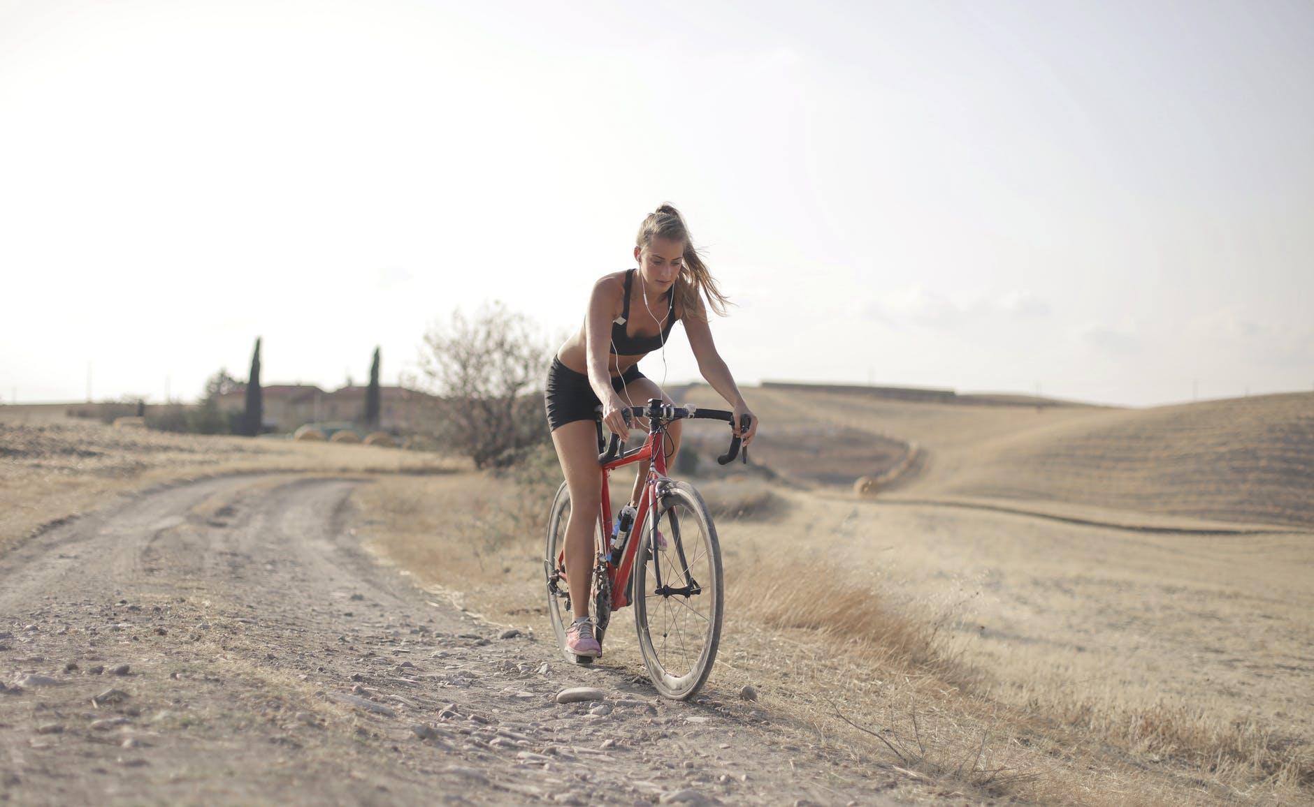 Hogyan függ össze a biciklizés és a medencefenék-izomzatod?
